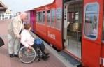 Foto zeigt Rollstuhlfahrer auf Langeoog