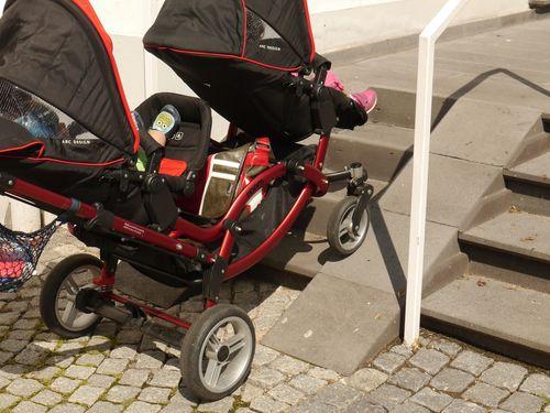Bild zeigt Kinderwagen an Rampe